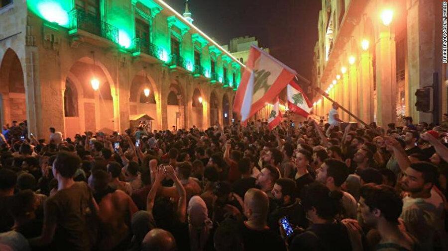 Beyrut'ta hükümet sarayı dışında toplanan göstericiler.