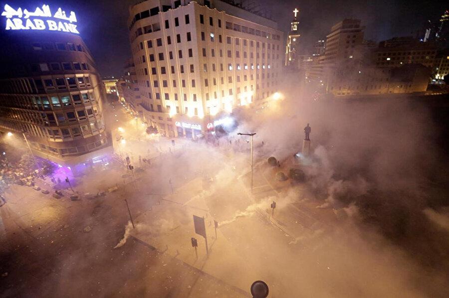 Güvenlik güçlerinin göz yaşartıcı gazla müdahalesi sonucu göstericiler dağıldı.