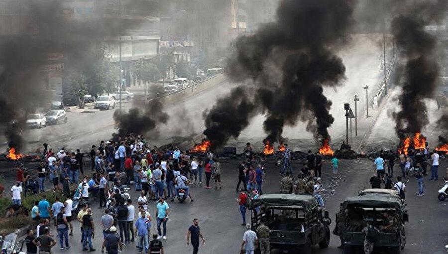 Beyrut'un kuzey banliyölerinde bulunan Dora organize sanayi bölgesinde ekonomik koşulları protesto eden göstericiler, 18 Ekim 2019.