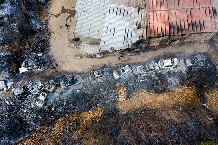 Lübnan'da gösteriler sırasında ateşe verilen araçlar.
