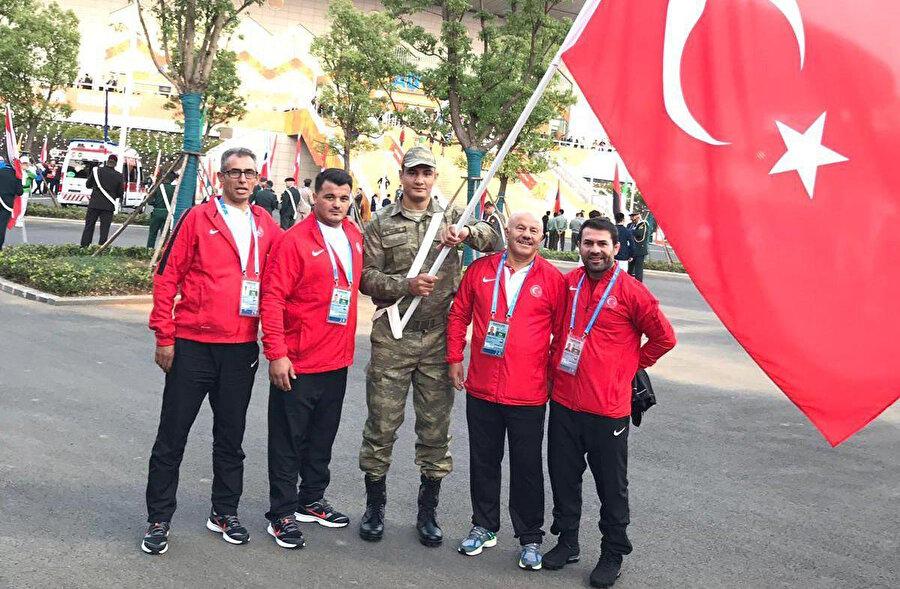 Güreş Milli Takımları kafilesinin bayrağını Taha Akgül taşıdı