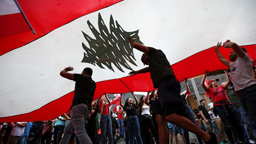 Lübnan bayrağı altında kenetlenen göstericiler.