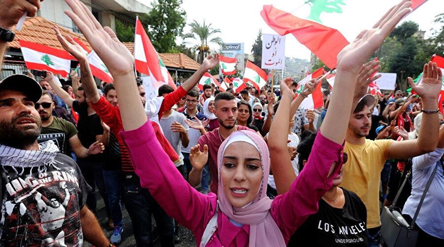 Lübnan'da yolsuzluk, vergiler ve ekonominin kötü yönetilmesi karşısında toplumun tüm kesimleri tek yürek oldu.