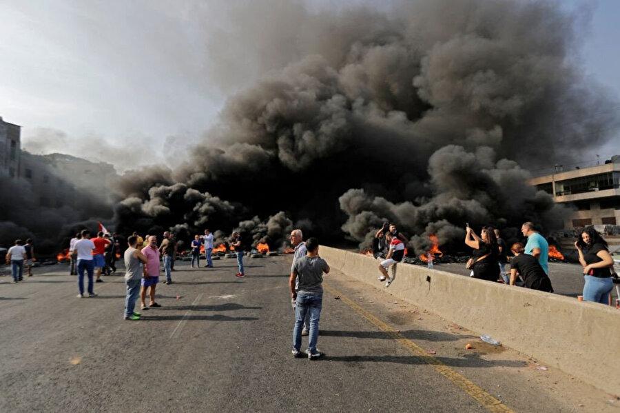Lübnan'da gösterilerin ilk gününde eylemciler lastik yakarak yolları kapatmıştı.