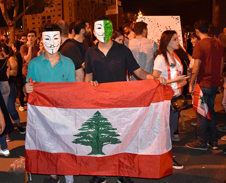 V for Vendetta filmindeki maskeyi takan 2 protestocu