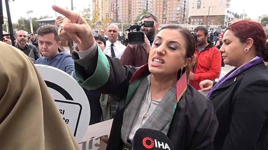 Emine Bulut cinayeti duruşması sonrası iki grup kadın arasında tartışma çıktı. -İHA