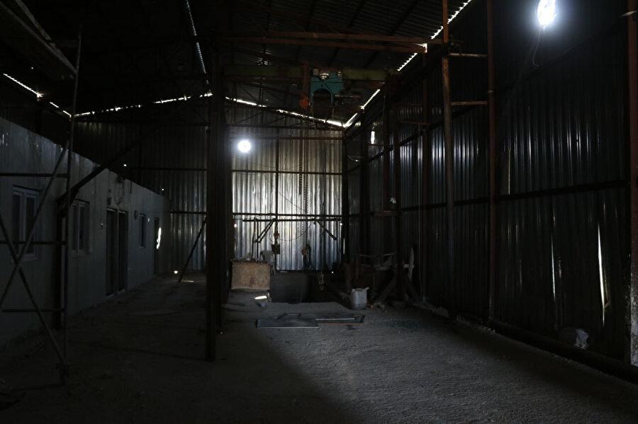 Tünelin girişi barakayla gizlenmiş