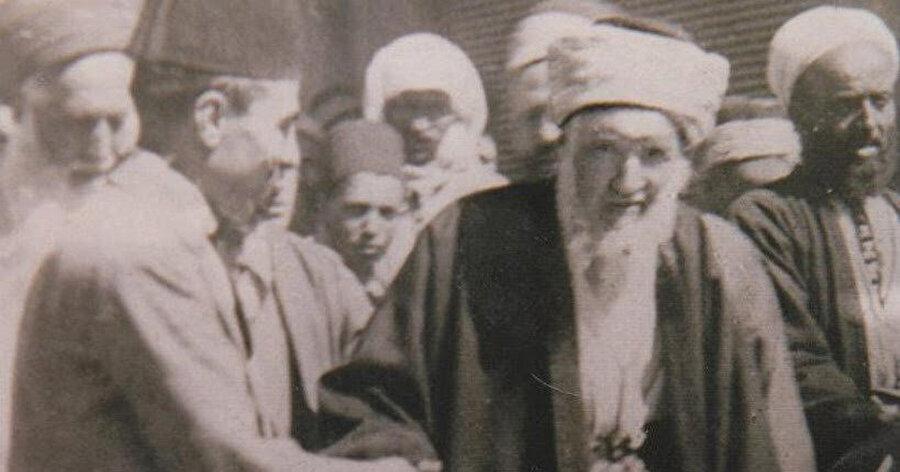 Bilâd-ı Şam'ın 20. yüzyıldaki önde gelen alimlerinden biri olan Bedreddin el-Hasenî. Kendisi ilmî şahsiyeti dışında, döneminde cemiyete yaptığı liderlik ile de kilit bir mevkide bulunur.