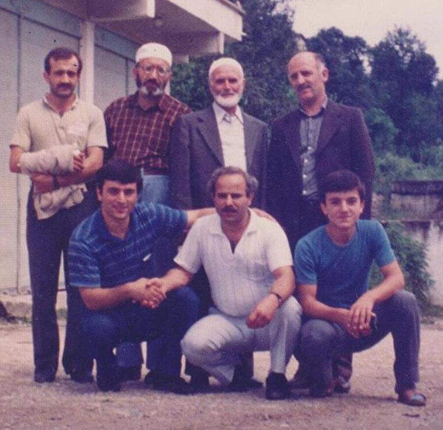 Mehmed Müfid'in 1986 yılında yaptığı Trabzon seyahatinden Türkiye tarafındaki akrabalarıyla çekildiği bir hatıra fotoğrafı.