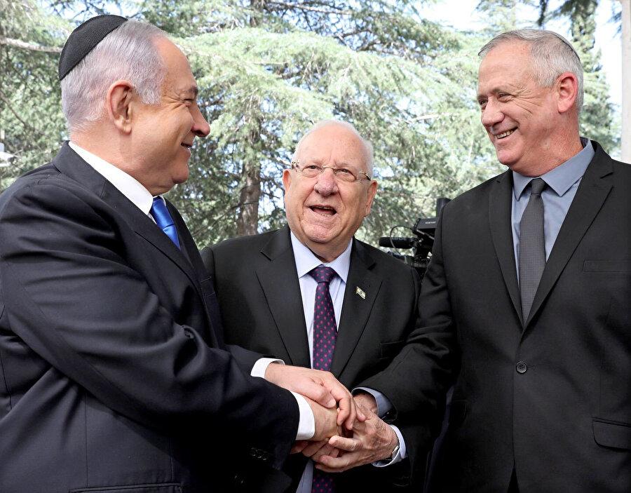 (Solsan sağa) İsrail Başbakanı Binyamin Netanyahu, Cumhurbaşkanı Reuven Rivlin, Mavi-Beyaz İttifakı lideri Benny Gantz, eski Cumhurbaşkanı Şimon Peres'in cenazesinde.