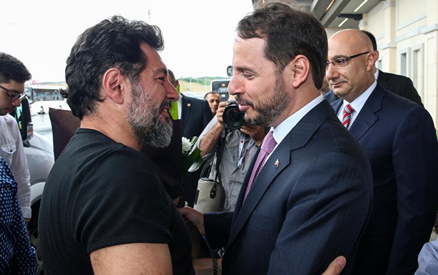 Hakan Atilla İstanbul'a dönüş yaparken, Hazine ve Maliye Balanı Berat Albayrak kendisini havalimanında karşılamıştı.
