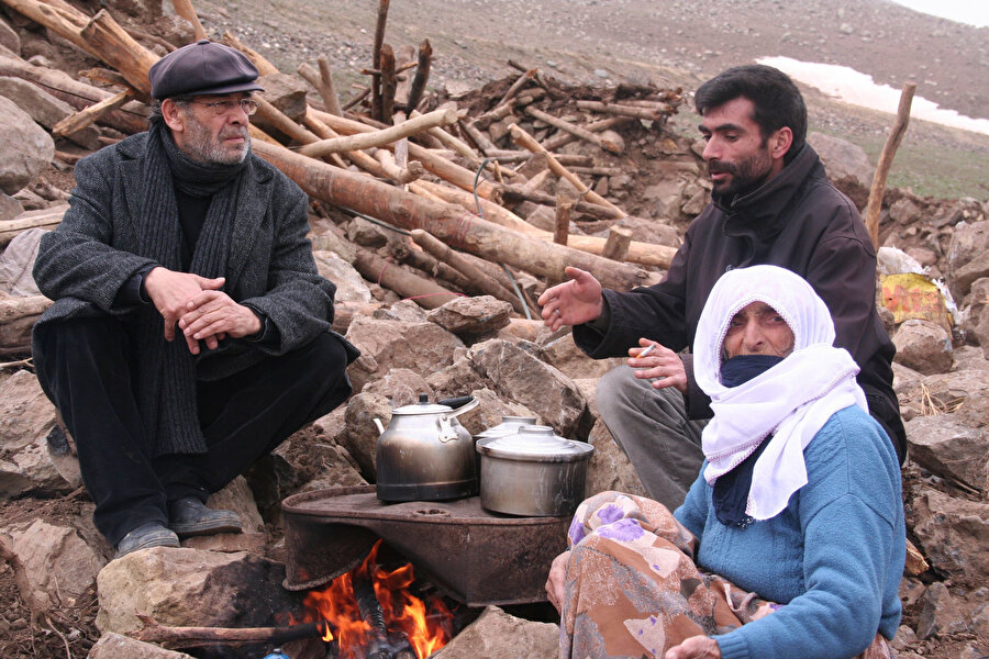 İbrahim Uğurlu yoksul bir aile ile sohbet ediyor.