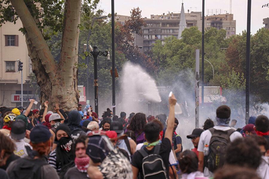 Şili Güvenlik Güçleri, protestoculara tazyikli suyla müdahale ediyor.