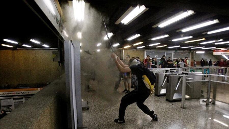 Metroda 'turnikeden atlama' şeklinde başlayan protestolar, güvenlik güçlerinin, turnikeden atlayan ve ücret ödemeden geçenleri güç kullanarak çıkarmasıyla şiddet olaylarına dönüşmüştü.