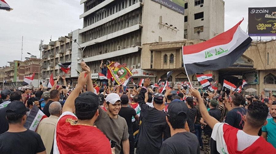 Mukteda Sadr'a bağlı silahlı Şii grupların meydanlara sevk edildiği bildirildi.