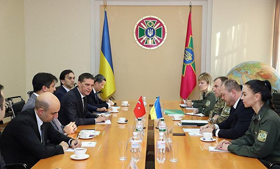 Ukrayna Devlet Sınır Güvenlik Servisi Başkanı Sergey Deyneko ile Türkiye Cumhuriyeti Kiev Büyükelçisi Yağmur Ahmet Güldere toplantı halinde.