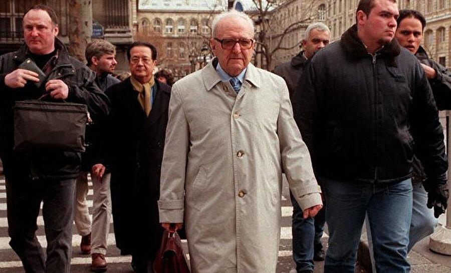 Roger Garaudy, avukatı Anwalt Jacques Vergès ve yakın korumasıyla birlikte.