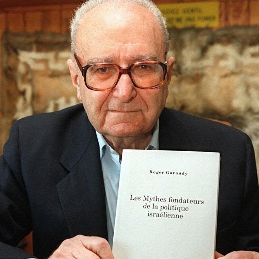 İsrail ve Siyonizmi konu aldığı kitabıyla Batı basınının sansür uyguladığı Garaudy, kitabıyla poz veriyor.