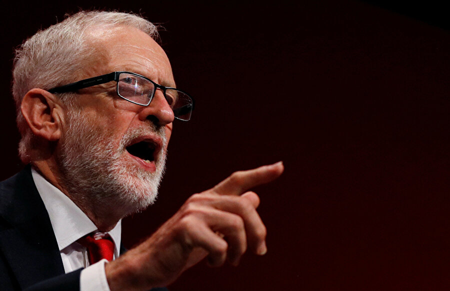 İşçi Partisi lideri Jeremy Corbyn konuşma yaptığı sırada görünüyor.
