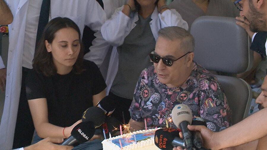 Erbil, hastalığını yenmesinin ardından kutlama yaparken görülüyor.
