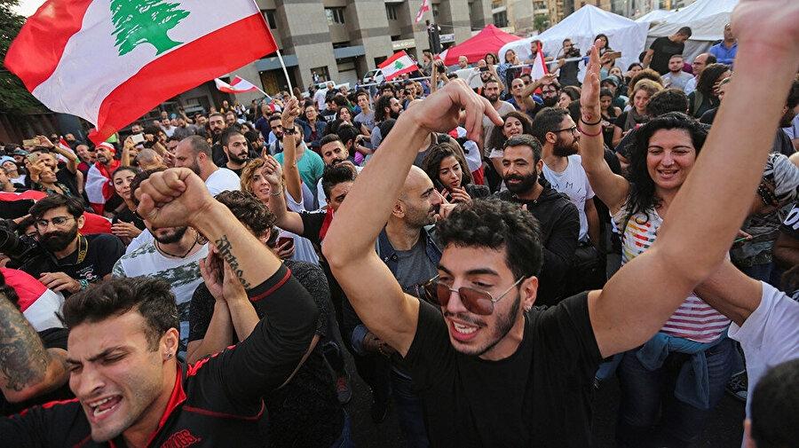 Başbakan Saad el-Hariri'nin istifasını sevinçle karşılayan göstericiler.