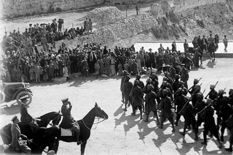 Aralık 1917'de Filistin'in İngilizlerin eline geçmesi sonrası Jaffa Kapısı'nda geçit töreni yapan İngiliz birlikleri.