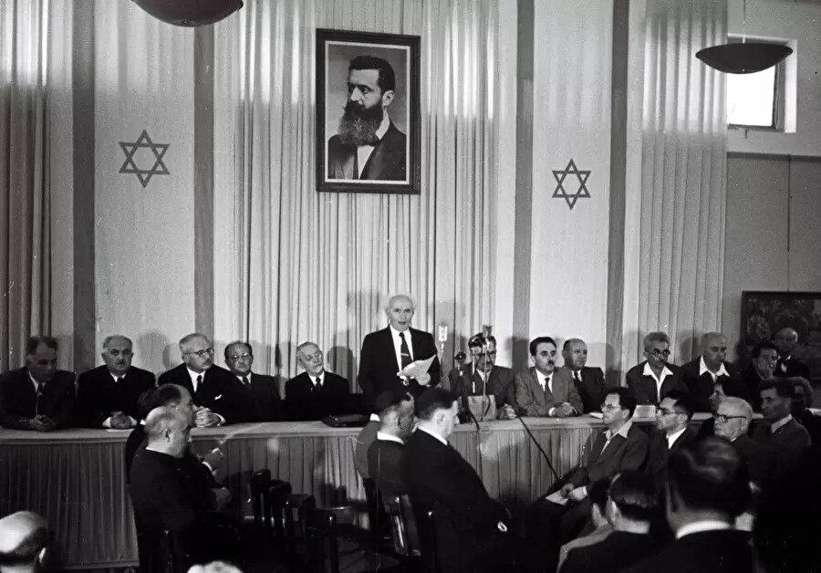 14 Mayıs 1948'de İsrail'in ilk başbakanı David Ben Gurion İsrail'in bağımsızlığını ilan etti.