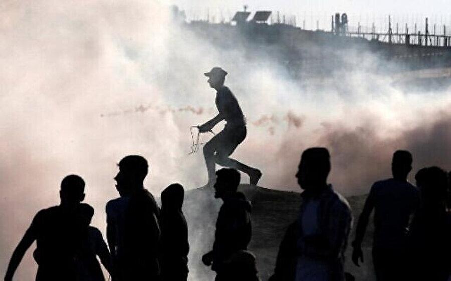 İsrail askerleri, Filistinli göstericileri dağıtmak için göz yaşartıcı gazın yanı sıra gerçek mermi de kullandı.