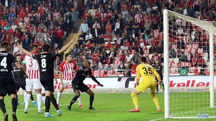 Atiba Hutchinson, Antalyaspor maçında %90 pas isabet oranıyla oynadı.