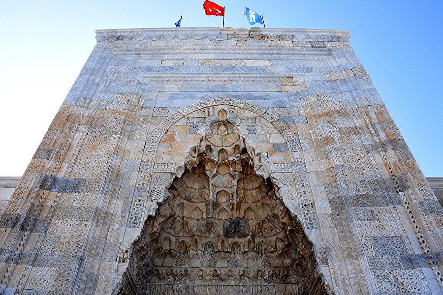 Sultanhanı Kervansarayı'nın görüntüsü kaleyi andırıyor.