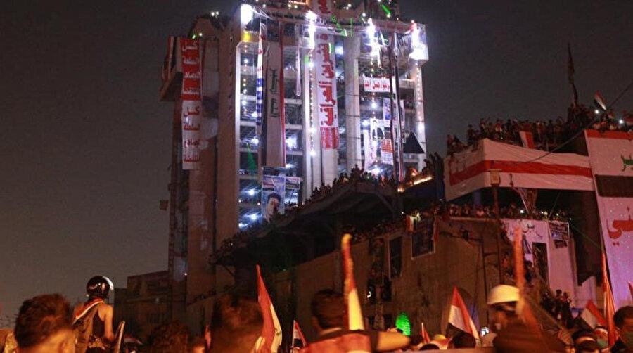Bina, göstericiler tarafından aydınlatıldı.