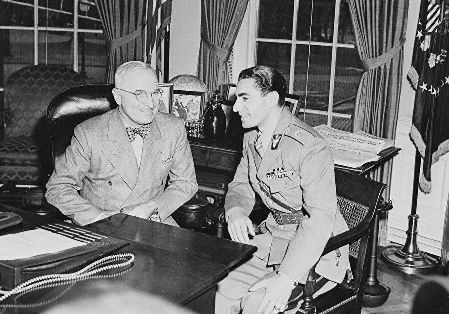ABD Başkanı Harry Truman (solda), İran Şahı Muhammed Rıza Pehlevî ile... ABD, 38 yıllık iktidarı boyunca Şah'ın en büyük müttefiki durumundaydı.