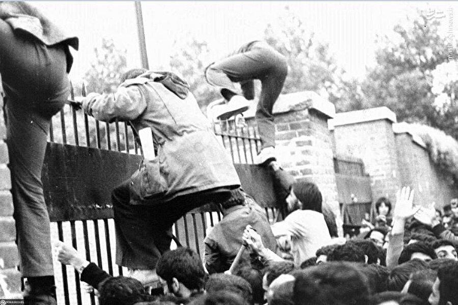 İranlı öğrenciler, Tahran'daki ABD Büyükelçiliği bahçesine girerken...