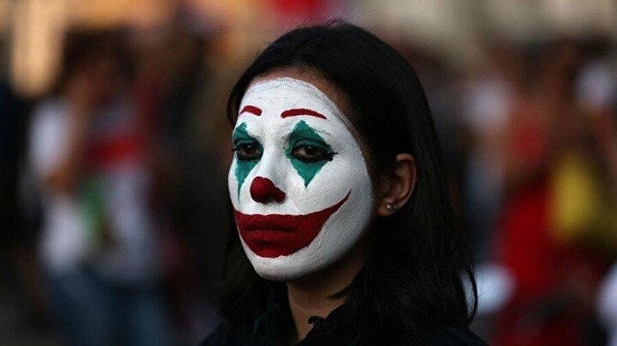 Lübnan'daki protestocular, yüzlerini joker gibi boyamaya başladı.
