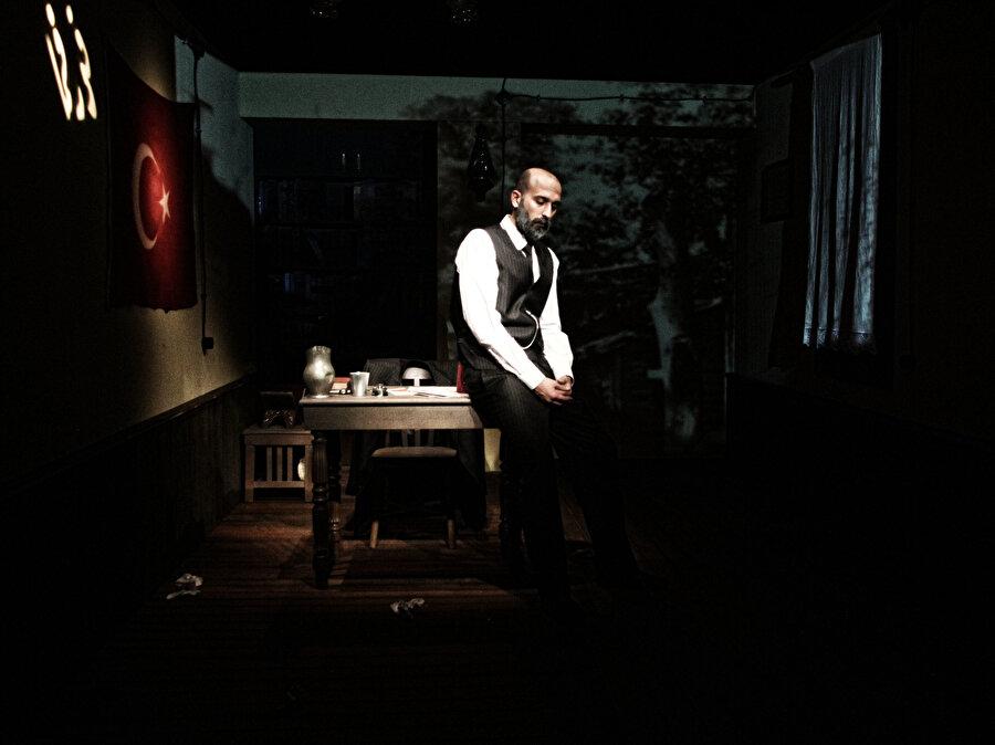 Mehmet Akif Ersoy'un Milli Mücadele'ye katkıları ve yazarlık yönü anlatılıyor.