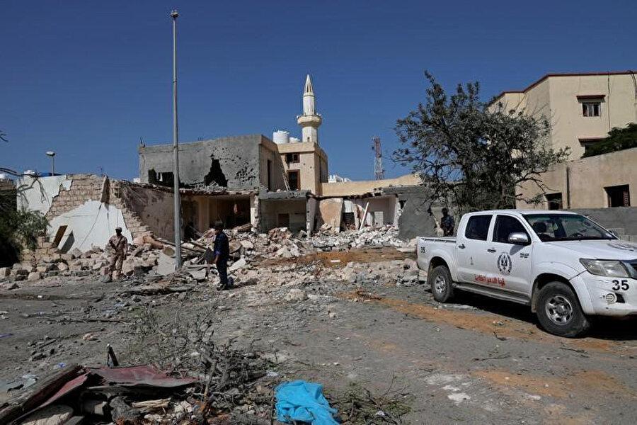 Polisler, üç küçük kız kardeşin hayatını kaybettiği hava saldırısının ardından olay yerinde incelemelerde bulunuyor.