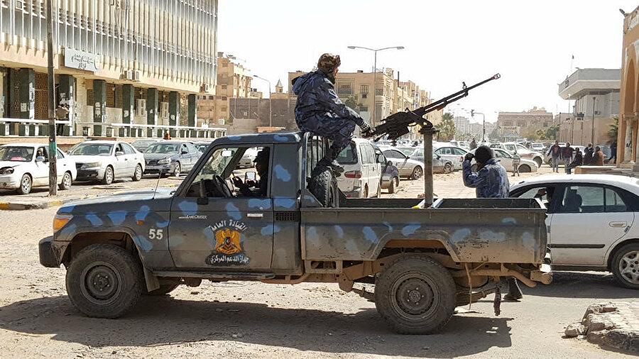Hafter'e bağlı güçler es-Sebia kentinde devriye geziyor.