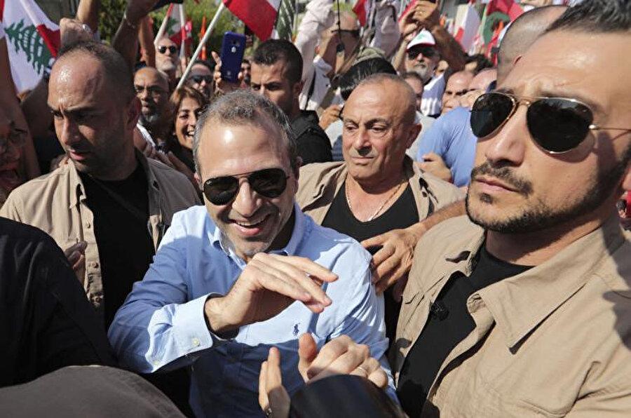 Dışişleri Bakanı Cibran Basil destekçilerini selamlarken görülüyor.