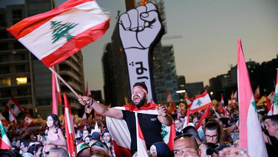 Lübnan Cumhurbaşkanı'nın kızı Claudine Avn Rukız, hükümetin vergi politikalarına karşı düzenlenen gösterilere destek veriyor.