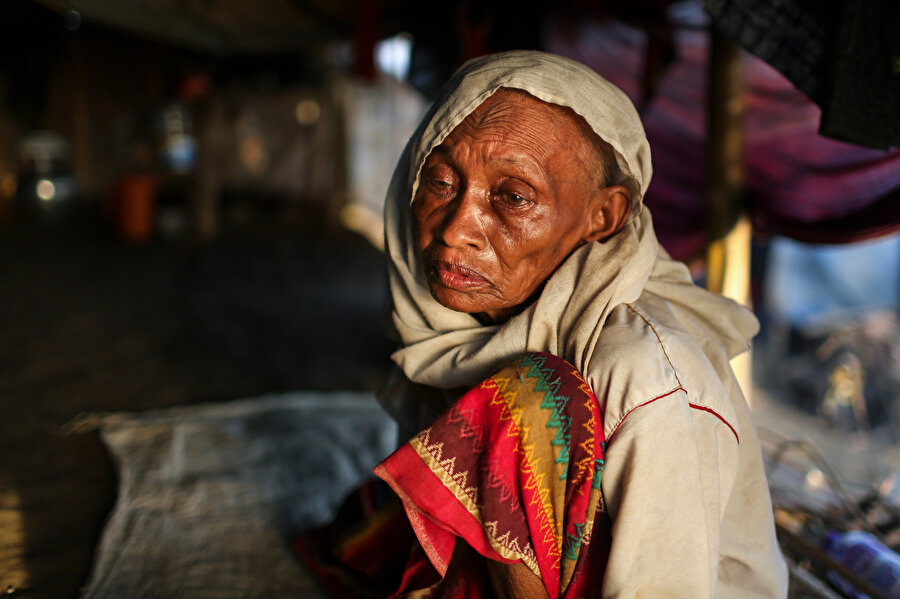 Rohingya, her yasal iş için bir Budist'le anlaşmak zorunda. (Fotoğraf: Erhan İdiz)