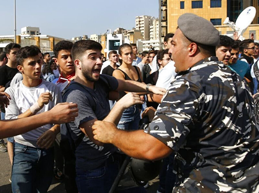 Eğitim Bakanlığının önünde protestolarını sürdüren öğrencilere polisin müdahalesi tepkiye neden oldu.
