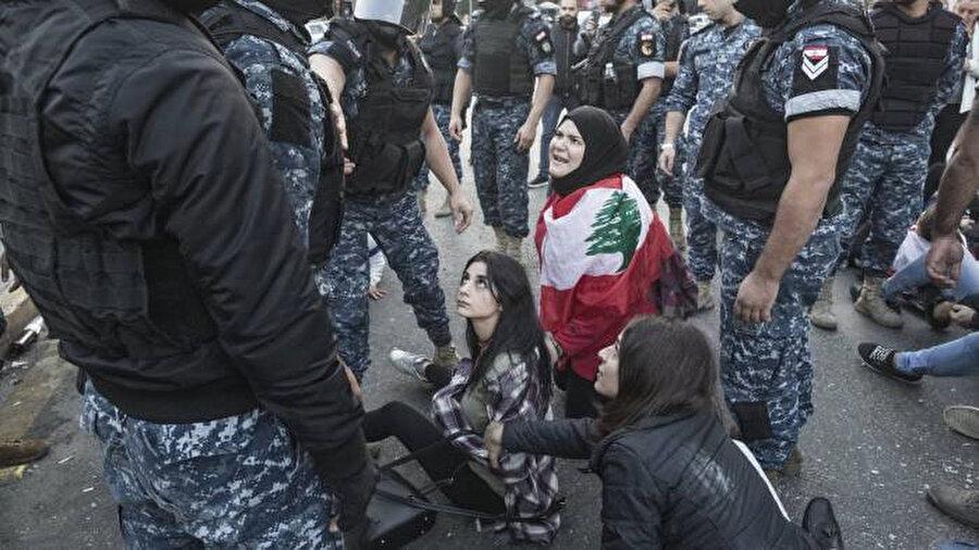 Polisle karşı karşıya gelen göstericiler.
