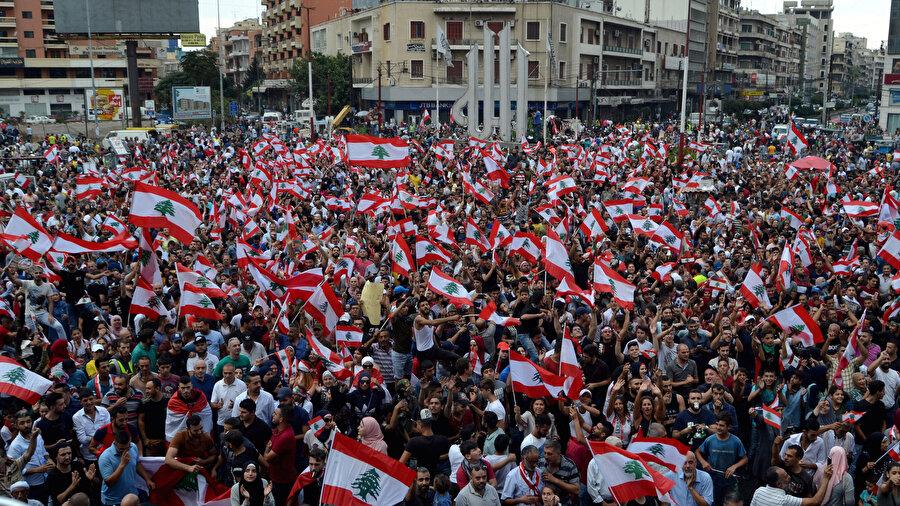 Lübnan'da WhatsApp'a vergi getirme girişimine tepki olarak başlayan gösteriler, Başbakan Hariri'nin istifasına rağmen devam ediyor.