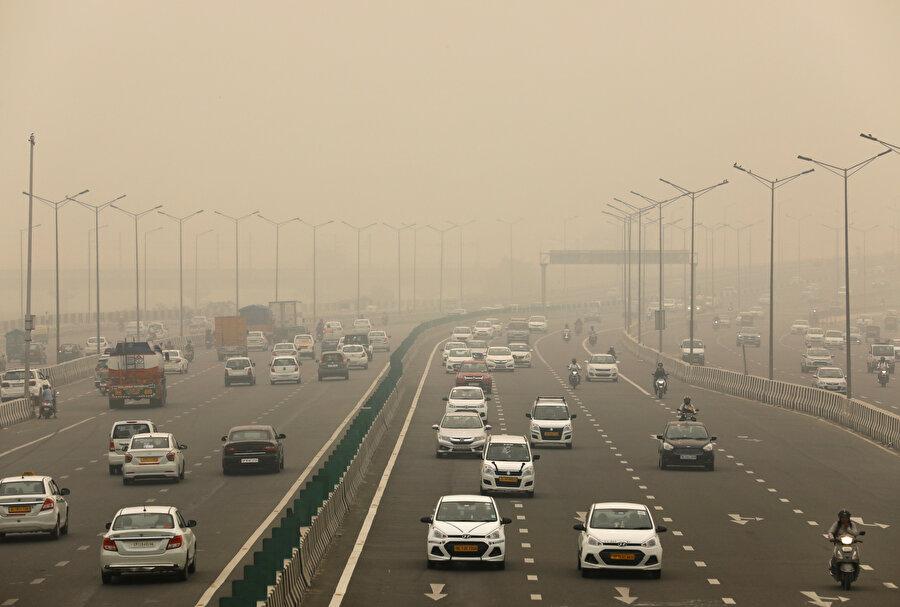 Yeni Delhi'de hava kirliliğinin önüne geçebilmek için 'plaka' önlemi alındı.