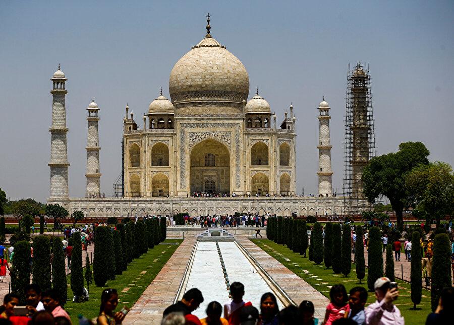 Tac Mahal ülkeye her yıl milyonlarca turist çekiyor.