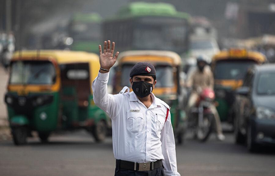Hindistan'da binlerce kişi maskeyle dışarı çıkmak zorunda kalıyor.