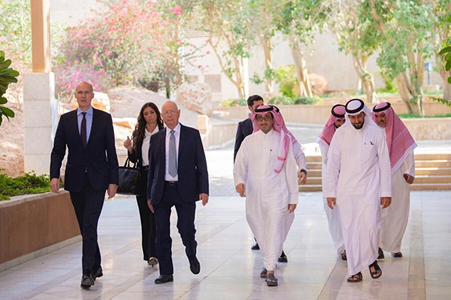 Suudi Arabistan Veliaht Prensi Muhammed Bin Selman'a ait MiSK Vakfının yöneticisi Bedir el-Asakir. (sağdan ikinci)
