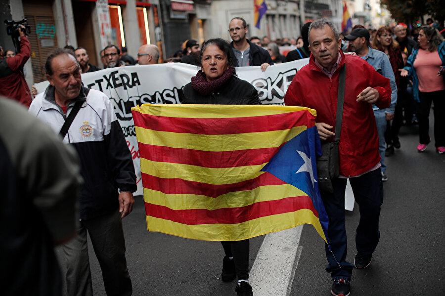 Katalonya bayrağıyla bir gösterici böyle görüntülendi.