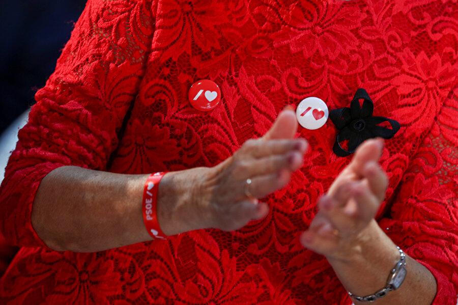 PSOE partisinden biri alkışlarken görünüyor.