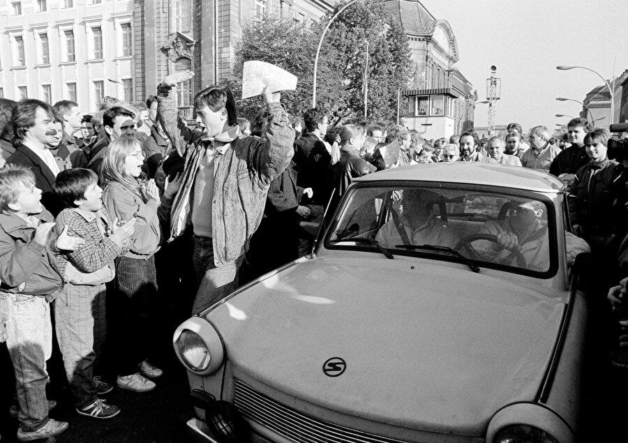 Batı Berlin vatandaşları, 1989 yılında Berlin Duvarı'nı geçen Doğu Almanları karşılıyor.